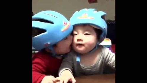 一岁双胞胎站在一起玩亲亲,下一秒宝宝举动,妈妈笑乐了