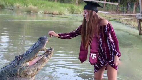 太刺激!美女大学生与4米巨鳄亲密合影庆祝毕业