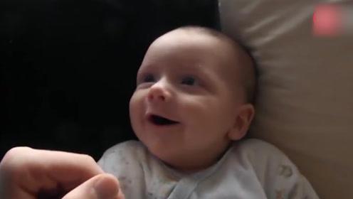 父子两聊天,爸爸一直逗宝宝,小baby还笑着咿呀回应!
