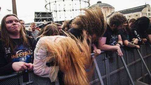 在芬兰的重金属音乐节上,和3万人一起绕圈甩头,我头发都快甩掉了