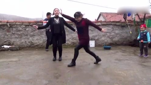 农村兄妹三人跳带劲农村舞,搞笑欢快的一家让人羡慕