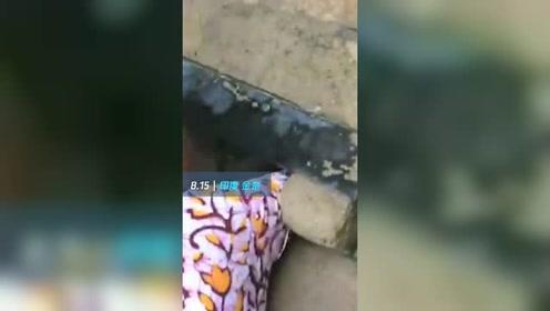 男婴被弃下水道 脐带绕颈哭似猫咪