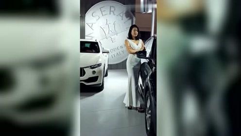 最近这个车模火了,身穿白色连衣裙摆拍,简约大气又显青春!