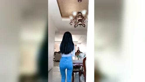 背身舞姿比正面还要销魂的女人,网友:女神级别的好身材!