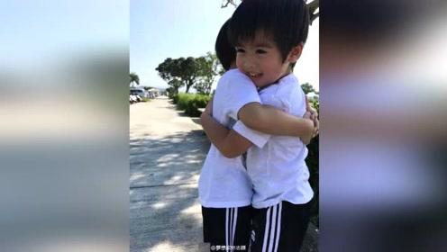 林志颖双胞胎儿子开心玩耍 拥抱灿笑相亲相爱