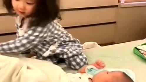 姐姐看见小宝宝被子没有盖好,小萝莉的动作太萌了,太暖心了