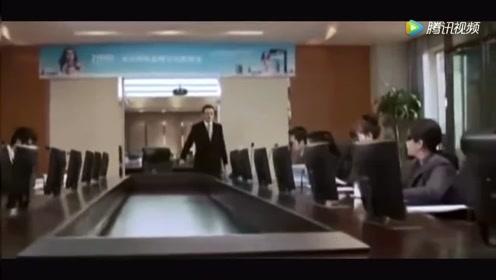 老总正在公司开会,美女拿砖头冲进会议室,却是为了和老总约会