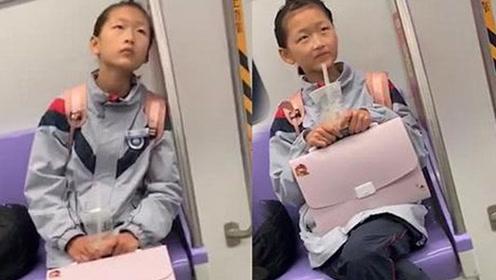 """地铁偶遇00后""""小周冬雨"""" 面对镜头搞怪十足"""