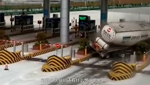 货车高速突然失控,下一秒冲向收费台,里面的人瞬间去了天堂