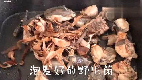 你知道煲靓汤要先炒一下不?师傅教你做简单好喝的野生菌山药鸡汤