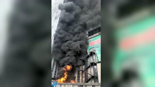 商场冷库内的保温棉起火 被两个溜进来玩耍的小孩点燃!