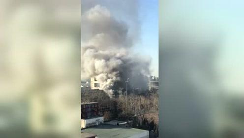 北京交通大学实验室起火 浓烟弥漫
