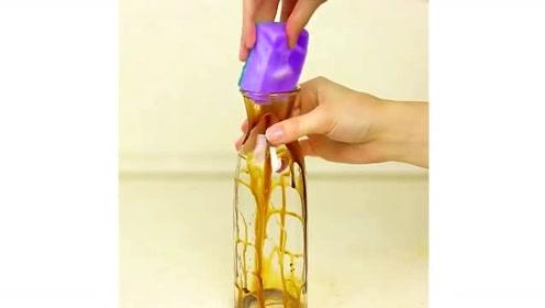 3个生活小妙招:瓶子里面脏了?用百洁布和磁铁就能轻松清理干净!