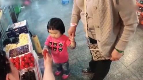 小蛮跟奶奶逛市场,看到啥都想吃,整个市场都是我的!