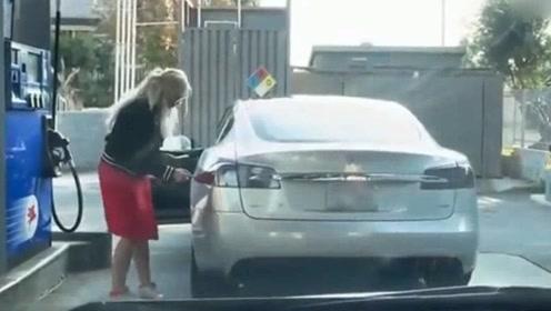 神奇女司机想给电动车加油,后车老司机笑到怀疑人生哈哈