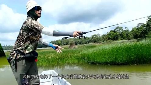 大叔在小河中钓鱼,突然水下暗潮汹涌,看清后没敢拉上来