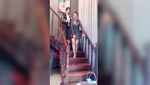 穿超短裙下楼梯的尴尬,真的是谁穿谁知道啊!
