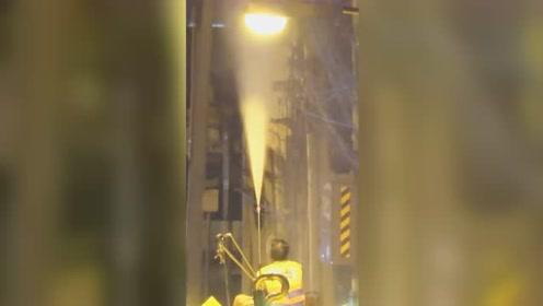 曼谷连日雾霾 消防车向高空喷水降尘