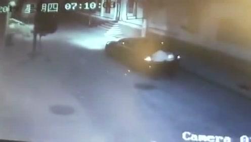 男子突然将过路女孩掳进轿车后备箱 遭反抗后将其丢路中驾车离开