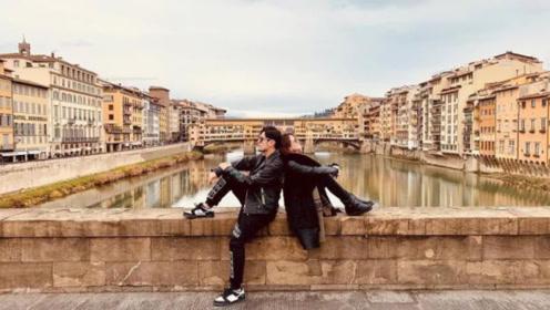 周杰伦昆凌意大利庆结婚4周年,情侣装街头比心大撒狗粮