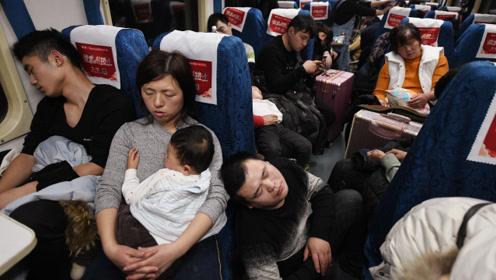 实拍上海至阜阳1600人迁徙路:车厢交界处最拥挤,面盆上坐着人
