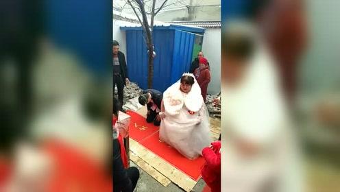 新娘跪下起不来了,全村人都来看这位新娘了!