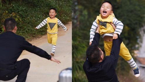 一天的年!实拍大年初二3岁儿童村口盼父归