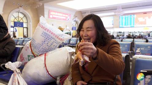 """实拍春运青岛火车站,那些返家""""青漂人""""的回家礼物,看哭无数人"""