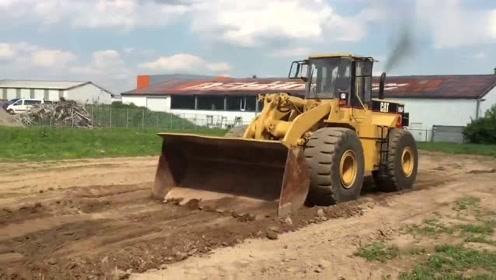 实拍卡特966F推土机作业,工作效率还行!