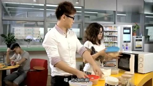 屌丝男士:大鹏学厨气坏师傅,这样切菜老板难怪赔本啊!
