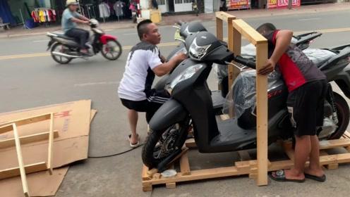 小伙订购的踏板摩托车到货了,卸货的时候,整个世界都安静了!