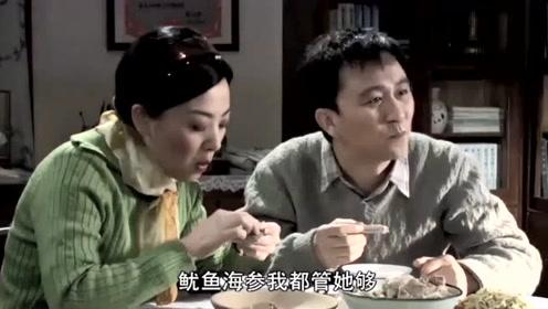 小伙带女友见父母,父母还没动筷女友就吃光一盆排骨,母亲直翻白眼
