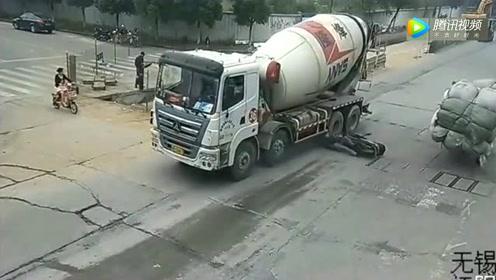 摩托车男子被卷入罐车底,回看监控发现,真相不简单