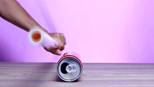 把毛巾摩擦的塑料棒靠近易拉罐,你以为易拉罐会跑掉?那你就错了!