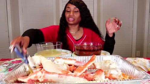吃蟹阿姨超真实不做作,吃播过程中直接用剪刀搅拌酱汁