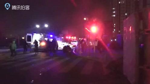 渣土车与小轿车相撞后侧翻连云港消防救出被困驾驶员