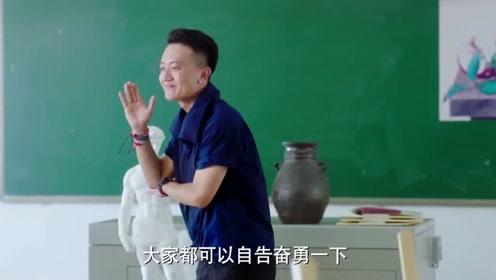 小伙正给旁边美女打招呼,不料老师一眼就看到了,瞬间尴尬了