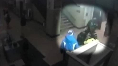 美国一女孩上课玩手机被警察拖下楼梯殴打 其父怕被枪击不敢上前