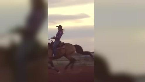 牛仔女孩的马场生活 饲养爱马 也给它们整洁的生活环境
