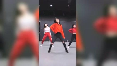 三人性感齐舞 节奏感十足 活像May J Lee的翻版