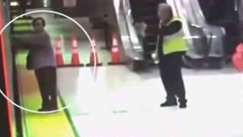 老人被电车门夹住 2秒被拖入车底 奇迹生还