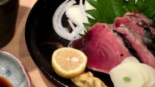 放在炭火里烤出来的鱼肉,切开一看都是生的,吸完油做成刺身