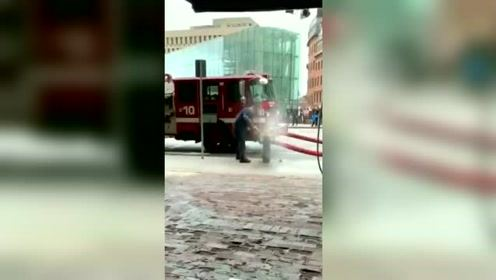 消国外防员打开消防栓发生意外瞬间