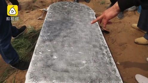 河南:废旧鱼塘挖出清代石碑 字迹清晰距今已353年