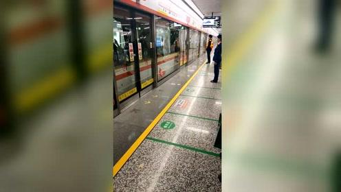 杭州美女如云,地铁制服小姐姐也不例外