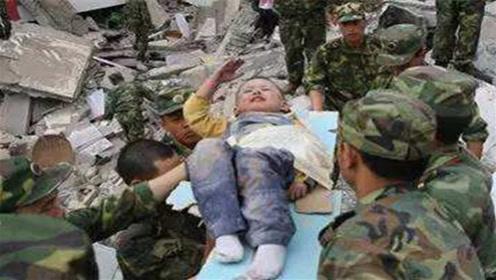 """曾在汶川地震中,感动全国的3岁""""敬礼男孩"""",如今怎么样了?"""