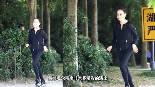 57岁宋丹丹现身录综艺,身材纤细漫画腿似麻杆,少女都羡慕吧?