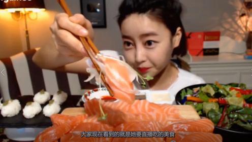 美女生吃一大桌的三文鱼寿司,张开嘴就是一大口