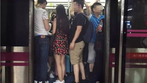 地铁上女子突然感到不舒服,发现裤子有问题后,果断抓住旁边人