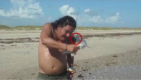老外逮到一条鲨鱼,单手抓着拍照,不料意外发生!网友:回首掏?
